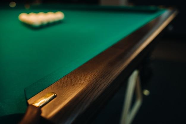 La gamba decorativa in quercia di un tavolo da biliardo sembra costosa.