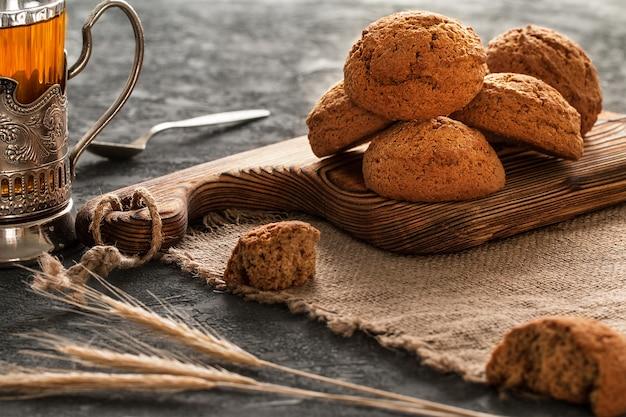 Primo piano dei biscotti di farina d'avena, prima colazione di mattina, natura morta