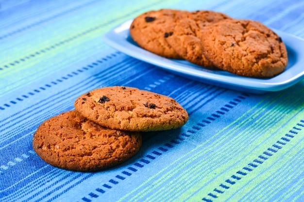 Biscotti di farina d'avena con uvetta su un piatto