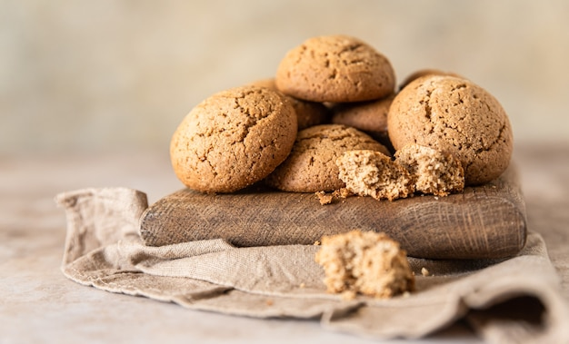 Biscotti di farina d'avena su fondo di cemento marrone tagliere di legno spuntino o dessert sano