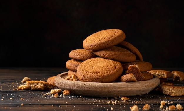 Biscotti di farina d'avena su tavola di legno e sfondo bianco con spazio di copia