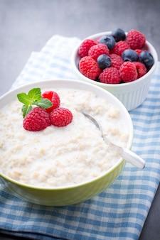 Porridge di farina d'avena in una ciotola con frutti di bosco