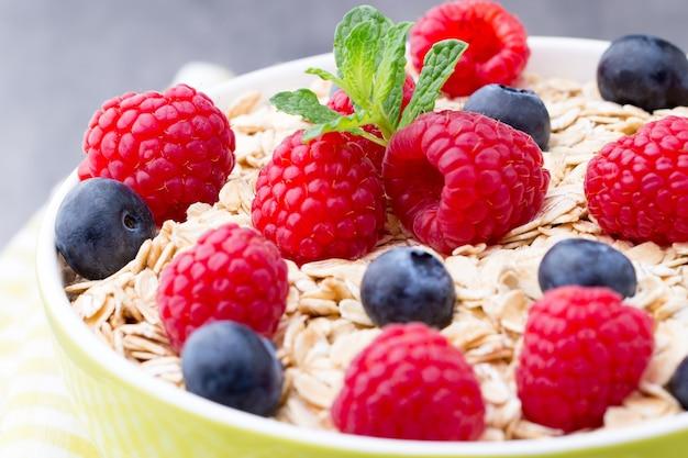 Porridge di farina d'avena con frutti di bosco. lamponi e mirtilli.