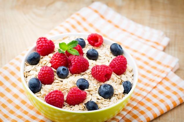 Porridge di farina d'avena con frutti di bosco