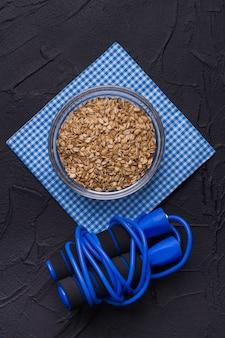 Farina d'avena e saltare la corda piatta. fitness e concetto di cibo sano.