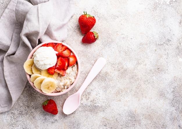 Farina d'avena con fragole, banana e gelato