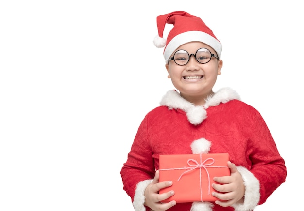 Ragazzo grasso obeso nel contenitore di regalo della tenuta del vestito del babbo natale e lsmile isolati su fondo bianco, christma