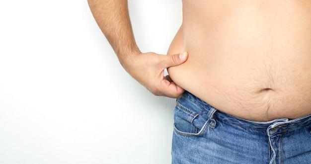 Uomo obeso che tiene il suo grasso in eccesso intorno alla vita
