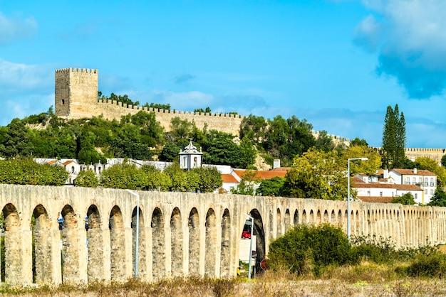 Obidos con l'acquedotto e il castello nella regione di oeste in portogallo Foto Premium