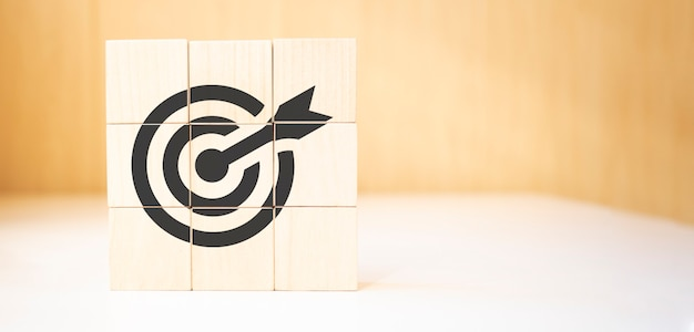 Obiettivo e concetto di destinazione. freccia verso l'alto per puntare su cubi di legno.