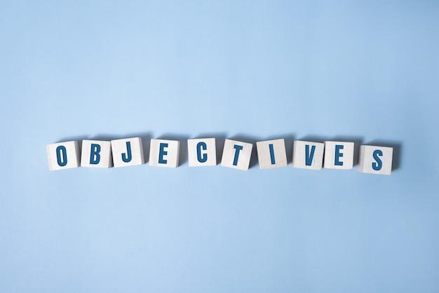 Parola oggettiva scritta sul blocco di legno. testo obiettivo sul tavolo, concetto.