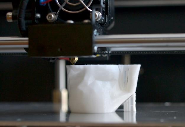 Oggetti stampati da stampante 3d. la stampante 3d tridimensionale automatica esegue la modellazione plastica in laboratorio. tecnologia additiva moderna e progressiva