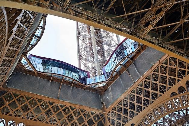 Piattaforma di osservazione del primo livello della torre eiffel a parigi in francia