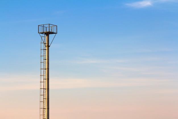 Torre di osservazione in una zona agricola