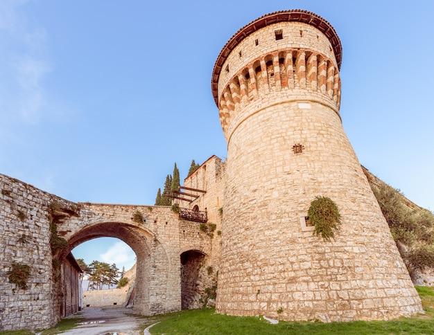 Torretta di osservazione e ponte levatoio del castello della città di brescia. lombardia, italia