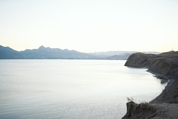Natura di viaggio di aria fresca montagne di acqua limpida dell'oceano. foto di alta qualità