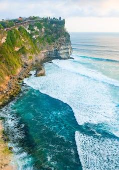 Fondo del paesaggio dell'oceano vicino al tempio di uluwatu