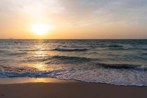 Tramonto sull'oceano sull'acqua di mare con cielo al tramonto e sagome di nave. alba dorata di vista sul mare sopra il mare. concetto di natura. bellissimo crepuscolo. onde del mare dell'oceano. mattina presto, alba sul mare.