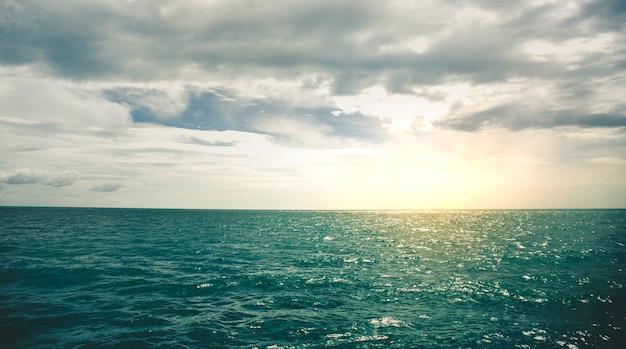 Texture di superficie dell'acqua dell'oceano. umore scuro.