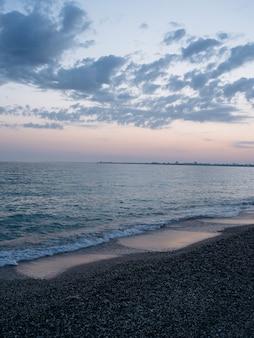 Viaggio dall'alto del paesaggio della spiaggia delle onde dell'oceano