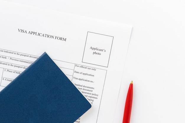 11 ottobre 2021, stati uniti. modulo di domanda per ottenere vida americana, penna rossa su sfondo bianco. documento statunitense. tema di affari.