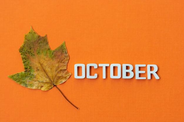 Ottobre, mese autunnale con foglie d'autunno.