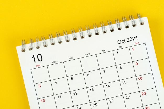 Mese di ottobre, scrivania del calendario 2021 per l'organizzatore per la pianificazione e il promemoria su sfondo giallo.