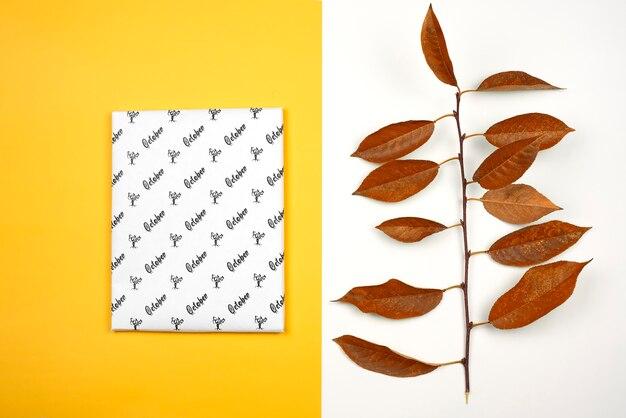 Modello di ottobre su carta bianca e foglie secche