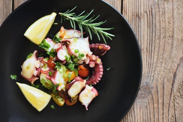 Insalata di polpo con limone rosmarino e verdure, insalata fresca e sana frutti di mare calamari e polpo