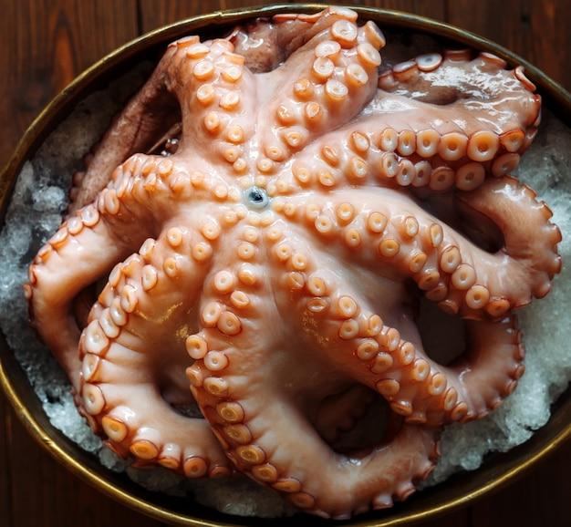 Polpo. frutti di mare nel ristorante. il polpo è preparato nel ristorante sul tavolo.