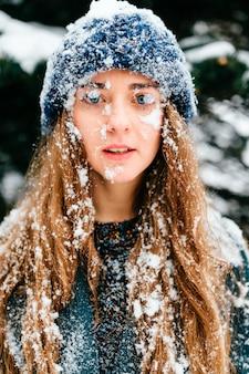 Ritratto strano bizzarro sciocco del primo piano di divertimento. ragazza pazza unica. volto di donna coperta di neve. capelli femminili di ghiaccio congelato. crioterapia. medicina e cura della pelle. divertiti. come un bambino. concetto di inverno freddo. congelamento.