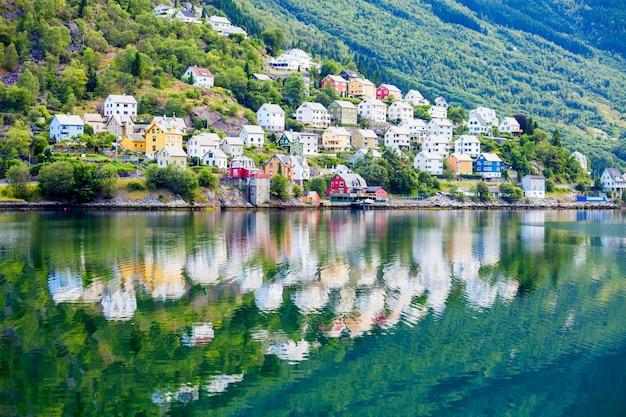 Odda è una città nel comune di odda nella contea di hordaland, distretto di hardanger in norvegia. situato vicino alla formazione rocciosa di trolltunga.