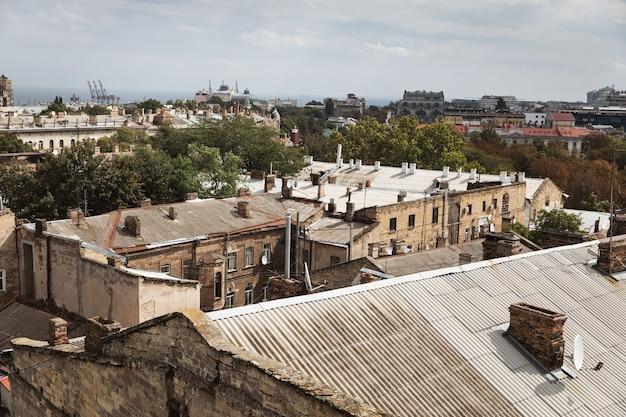 Odessa, ucraina - 9 settembre 2018: vista aerea dei tetti e dei vecchi cortili di odessa. veduta di odessa dal tetto. edifici della città vecchia