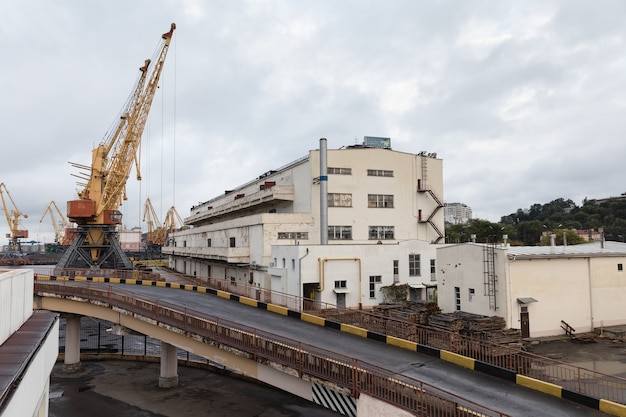 Odessa, ucraina - 10 settembre 2018: porto commerciale industriale marino. zona industriale del porto marittimo di odessa. gru per container. terminale per container del porto industriale del trasporto marittimo.