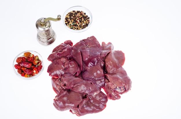 Frattaglie, fegato. fegato di pollo su sfondo bianco. foto dello studio.