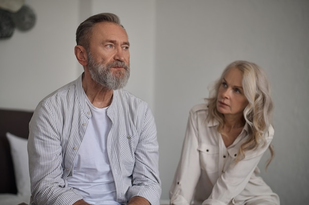 Marito offeso che ignora la moglie dopo un conflitto