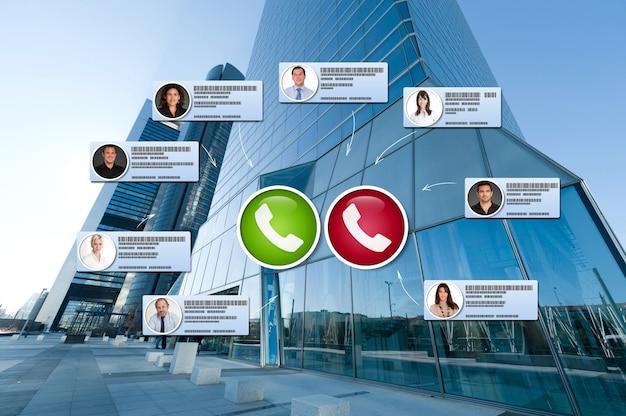 Esterno di un edificio per uffici con connessione di contatti sovrapposti in videoconferenza
