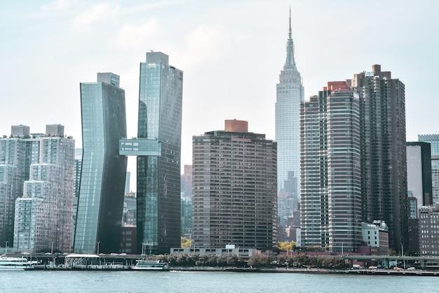 Edifici per uffici e appartamenti sullo skyline al tramonto. immobiliare e concetto di viaggio. manhattan, new york city, stati uniti.