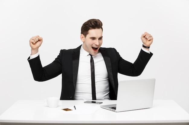 Finanza aziendale tecnologia d'ufficio e concetto di internet uomo d'affari sorridente con computer laptop e...