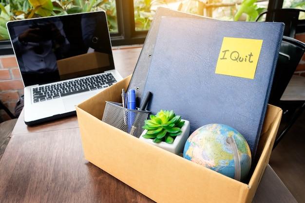 Scatola di cartoncino per ufficio. dipendente licenziato dall'ufficio, concetto di dimissioni