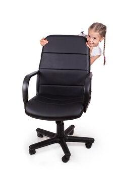 Sedia da ufficio sedia da ufficio e bambina allegra isolata su superficie bianca