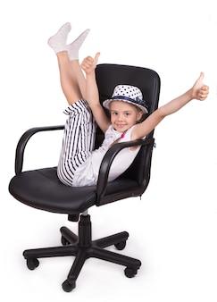 Sedia da ufficio sedia da ufficio sedia da ufficio e bambina allegra alzarono le gambe isolate su una superficie bianca