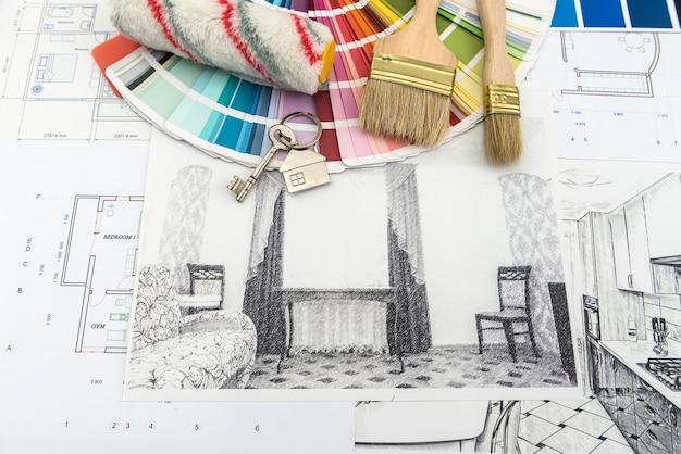 Sullo schizzo della casa della scrivania dell'ufficio con campione di colore e pennello. architetto del posto di lavoro. casa di ristrutturazione del disegno.