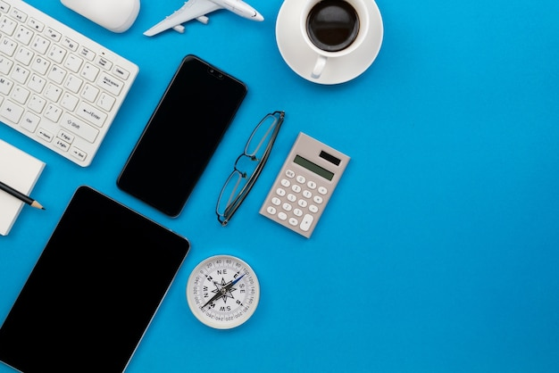 Tavolo scrivania da ufficio del posto di lavoro aziendale e oggetti aziendali.