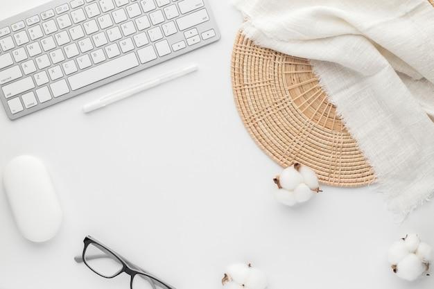 Vista dal piano del tavolo della scrivania con forniture per ufficio, tavolo bianco con spazio per le copie, composizione sul posto di lavoro di colore bianco, disposizione piatta