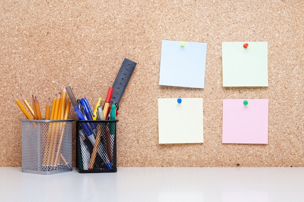 Scrivania da ufficio con attrezzatura per studenti o ufficio con bacheca di sughero