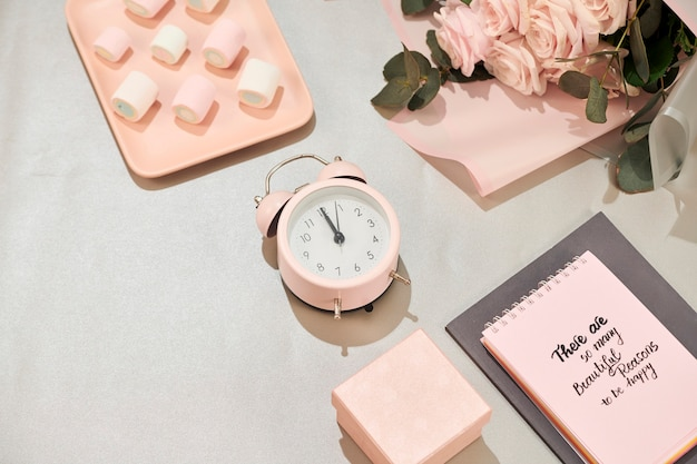 Scrivania da ufficio con notebook, bellissimo mazzo di rose in rosa