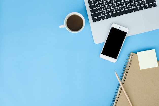 Spazio di lavoro della scrivania - vista piana laici vista superiore mockup foto di spazio di lavoro con il computer portatile