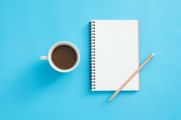 Spazio di lavoro della scrivania - flat lay view top mockup di uno spazio di lavoro con la pagina bianca vuota del notebook