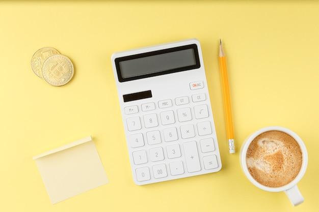 Concetto di desktop da ufficio con calcolatrice